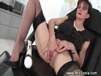 Mature slut vibrating fetish