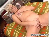Old blonde mom is doing what she can to get her poor pussy off